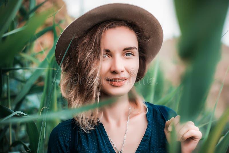 Sommerporträt der jungen Hippie-Frau in einem braunen Hut, der Spaß hat junge dünne Schönheit, böhmische Ausstattung, indie Art lizenzfreie stockbilder