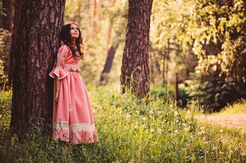 Sommerporträt des glücklichen Kindermädchens kleidete in rosa Märchenprinzessinkleid an lizenzfreie stockfotografie