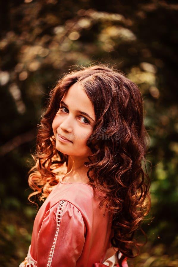 Sommerporträt des glücklichen Kindermädchens kleidete in rosa Märchenprinzessinkleid im Wald an lizenzfreie stockfotografie