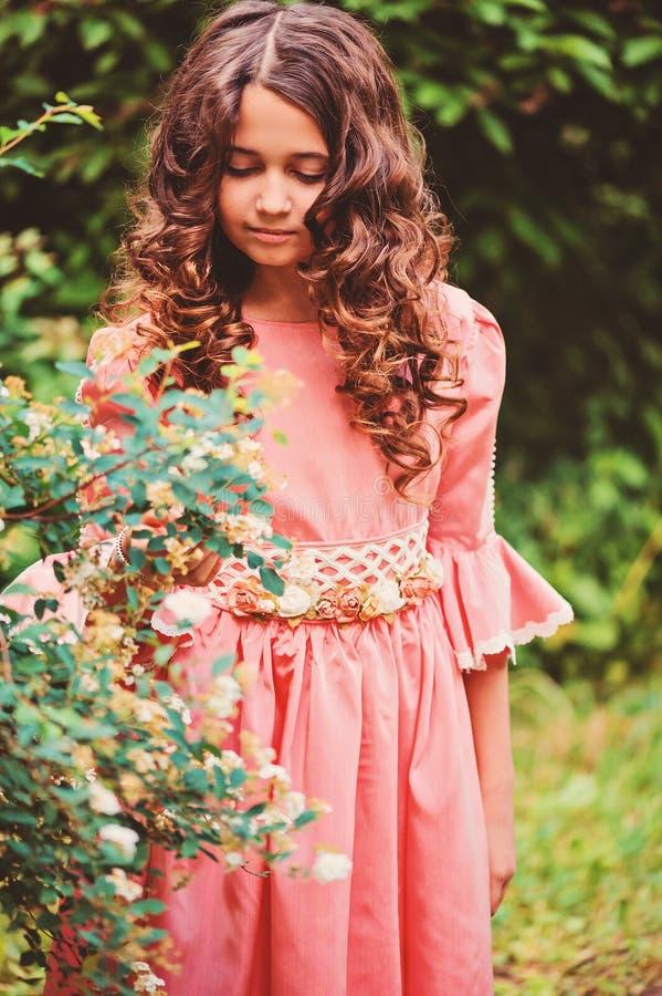 Sommerporträt des glücklichen Kindermädchens kleidete in rosa Märchenprinzessinkleid im Wald an stockfoto