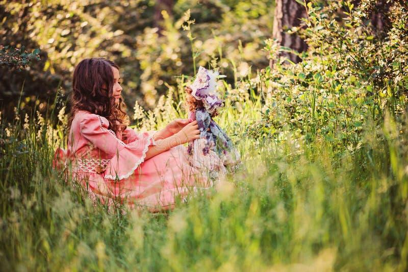 Sommerporträt des glücklichen Kindermädchens kleidete in rosa Märchenprinzessinkleid im Wald an stockbild