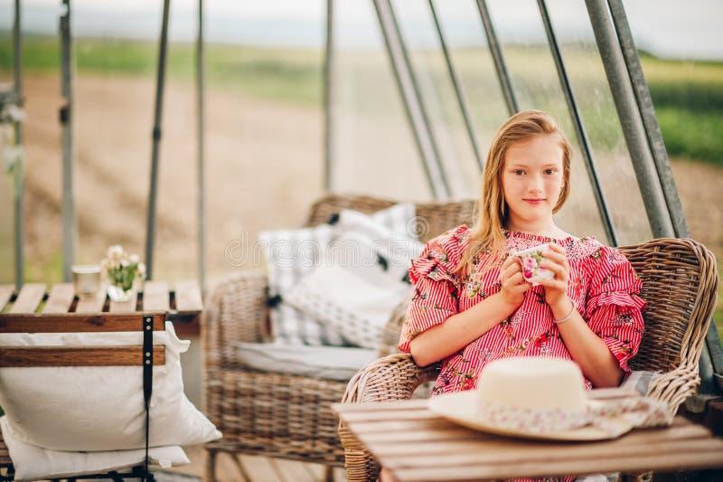 Sommerporträt des netten kleinen Mädchens lizenzfreie stockbilder