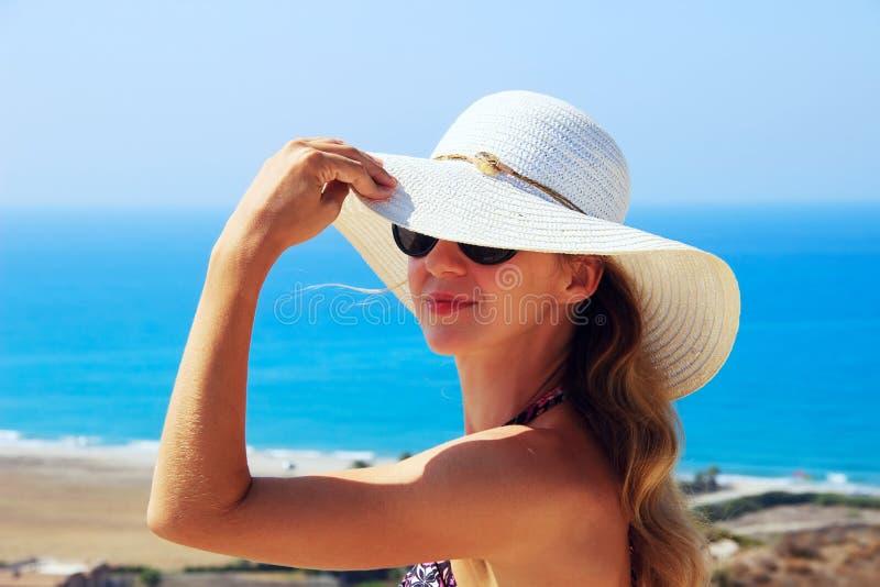 Sommerporträt im Freien der jungen Schönheit schauend zu lizenzfreie stockfotografie