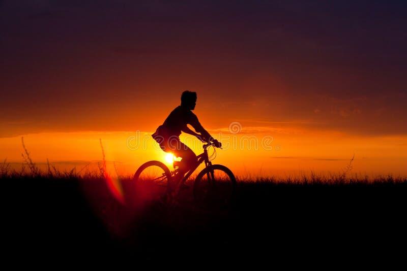 Sommerradfahrer lizenzfreie stockfotografie