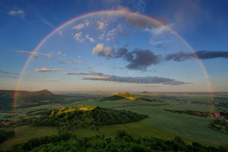 Sommerregenbogen über tschechischen böhmischen Hochlandhügeln, Tschechische Republik Regnerischer Sonnenuntergang lizenzfreie stockbilder