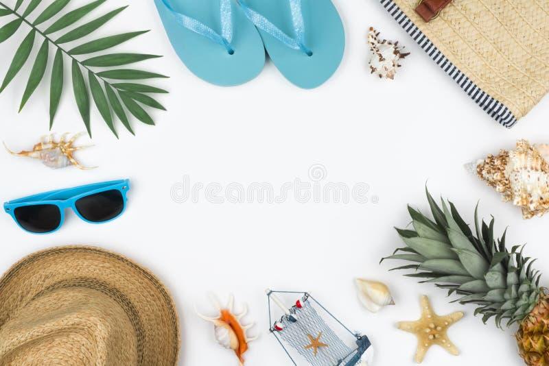 Sommerreise-Ferienkonzept auf weißem Hintergrund mit Kopienraum lizenzfreie stockfotografie