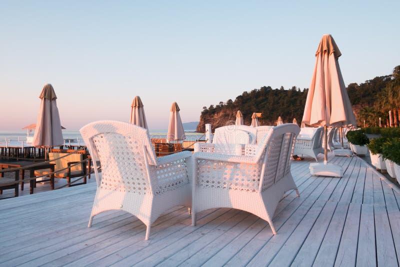 Sommerrestaurant auf Strand stockbilder