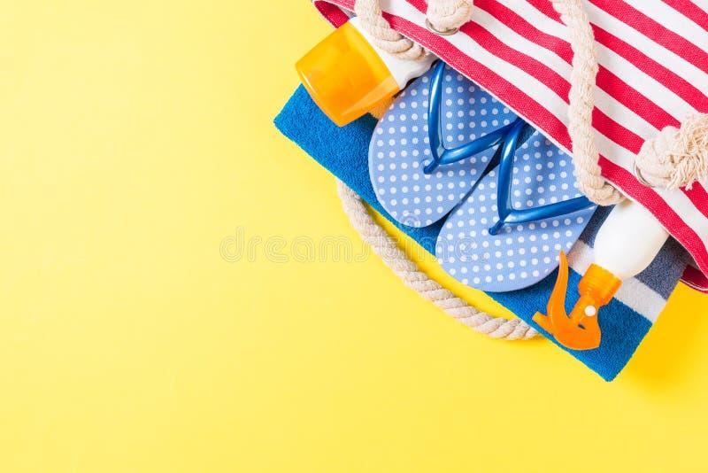 Sommersackhintergrund mit Kopierraum Flachbild-Foto auf Farbtisch, Reisekonzept Freier Textraum, Mock-up stockbild