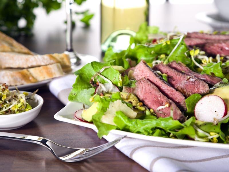 Sommersalat mit Avocado- und Rindfleischverkleidung stockfoto