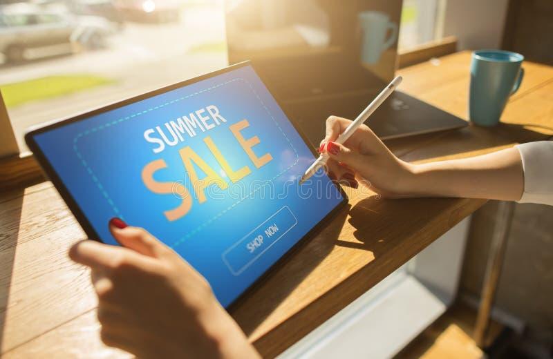 Sommerschlussverkauf, Angebot des niedrigen Preises auf Gerätschirm E-Commerce- und Marketing-Konzept stockbilder