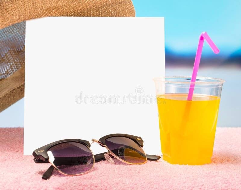 Sommerschlussverkauf- oder Angebothintergrund für Förderung Karte des weißen Quadrats auf Tuch mit Sonnenbrille, gelbem Cocktail  stockfotos