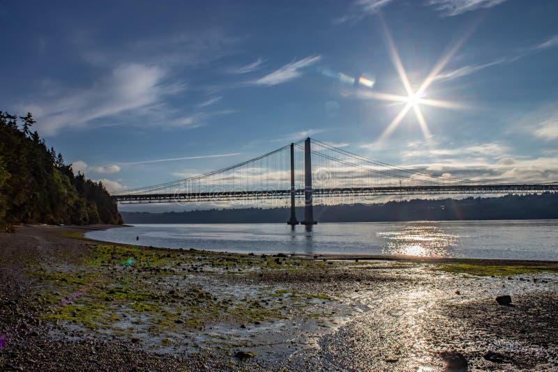Sommersonne des frühen Morgens über Tacoma verengt Brücke lizenzfreie stockfotografie