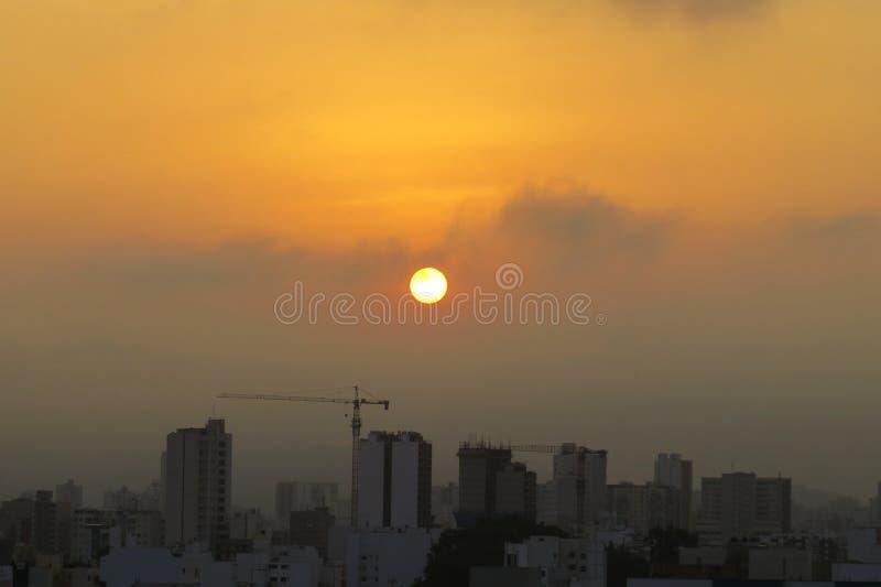 Sommersonnenaufgang in einer Stadt lizenzfreie stockbilder