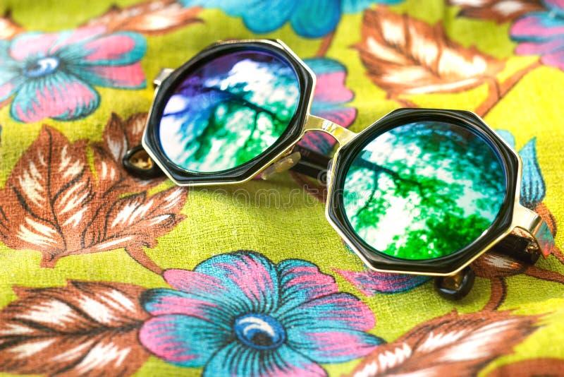 Sommersonnenbrille auf dem bunten Hintergrund stockfotos