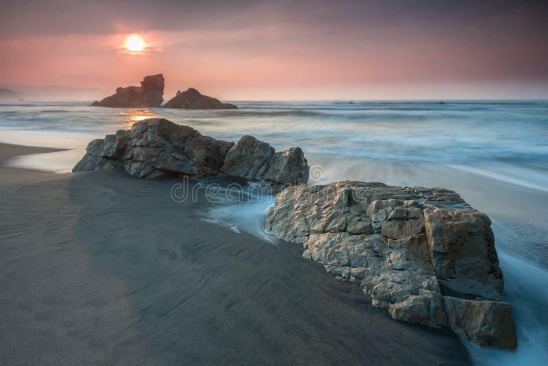 Sommersonnenuntergang auf asturischem Strand lizenzfreie stockbilder
