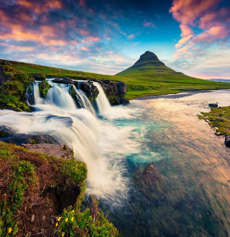 Sommersonnenuntergang auf Kirkjufellsfoss Wasserfall und Kirkjufell-mounta lizenzfreie stockfotografie