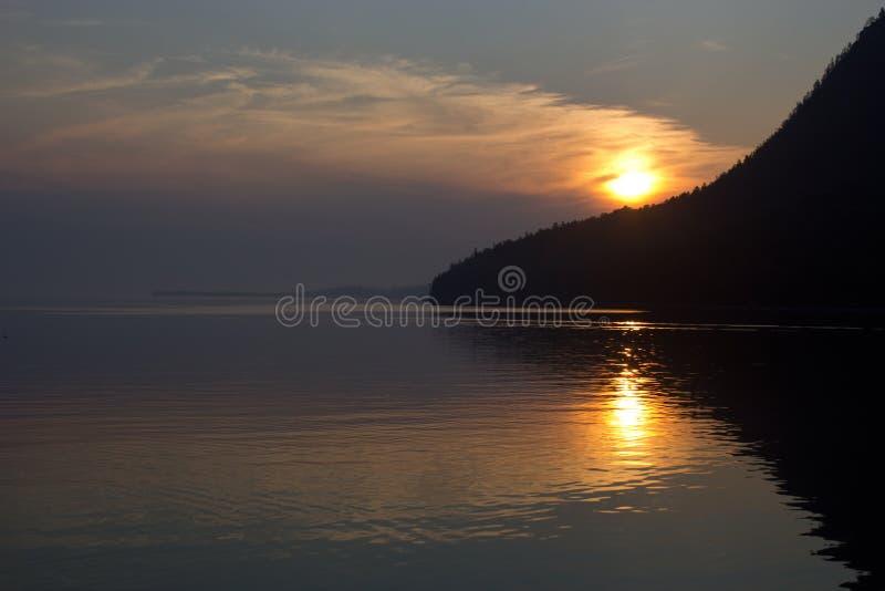 Sommersonnenuntergang auf Ostufer vom Baikalsee lizenzfreie stockbilder