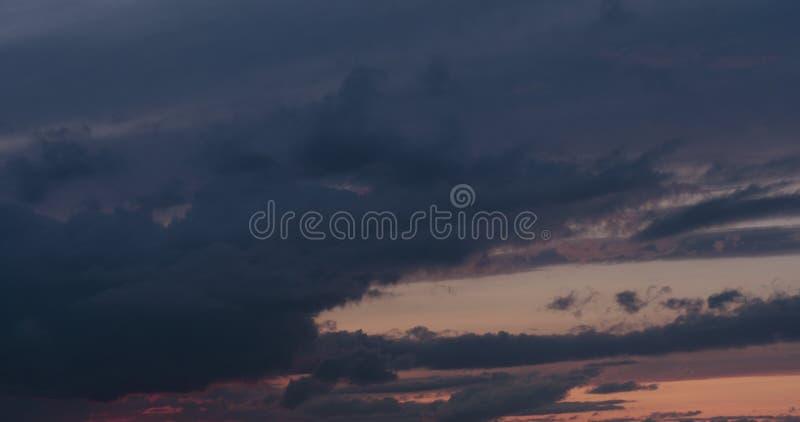 Sommersonnenuntergang skyscape mit beweglichen Wolken stockfotografie
