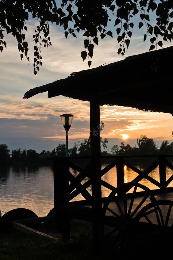 Sommersonnenuntergang in Tisa-Fluss in Novi Becej lizenzfreies stockbild