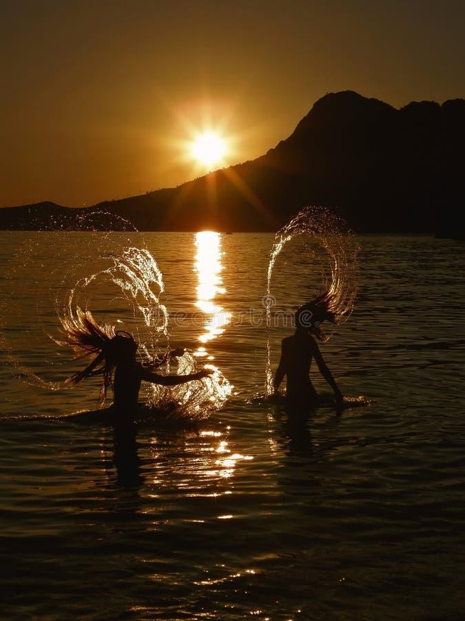 Sommerspaß in Meer lizenzfreies stockbild