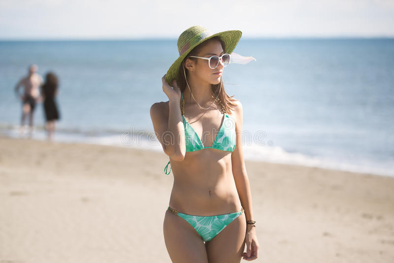 Sommerstrand-Modefrau, die Sommer und Sonne genießt Konzept des Sommergefühls, Glück lizenzfreies stockbild