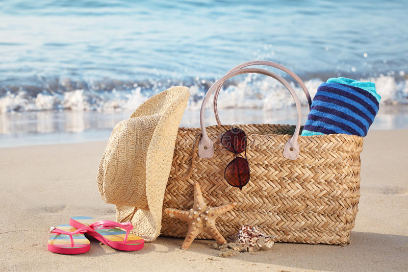 Sommerstrandbeutel auf sandigem Strand stockbild