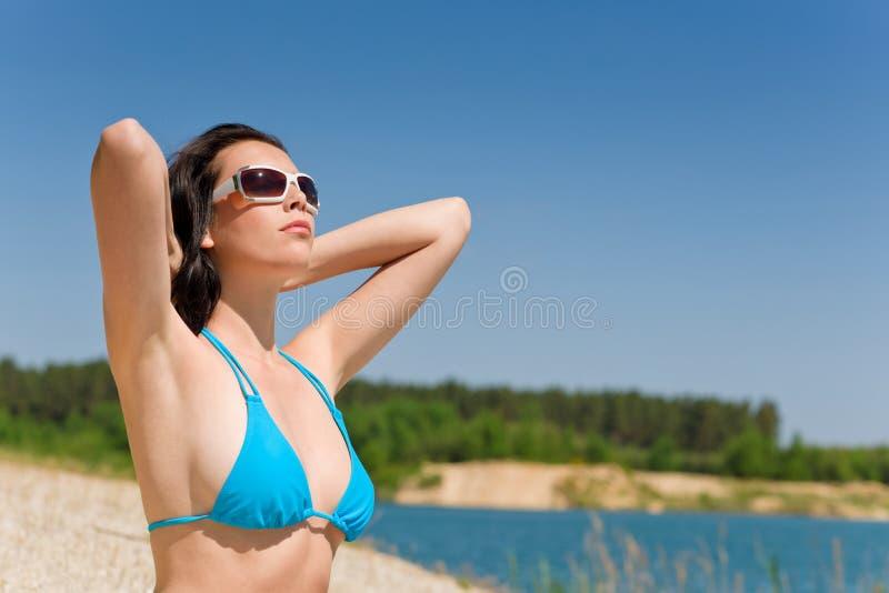 Sommerstrandfrau im blauen Bikinibüstenhalter stockfoto