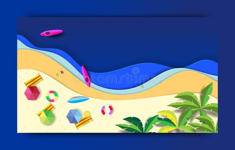Sommerstrandhintergrund mit Regenschirmen, B?llen, Schwimmenring, Surfbrett, Hut, Starfish und Meer Vogelperspektive des Sommerst stockbild