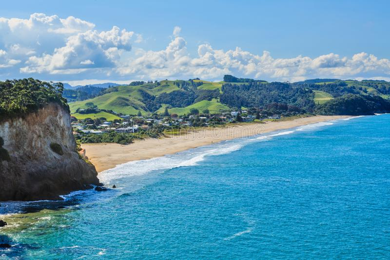Sommerstrandszene im Coromandel, Neuseeland Die Stadt von Whiritoa stockfoto