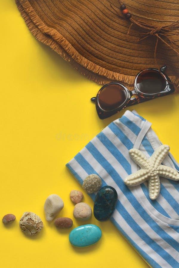 Sommerstrandzusatz auf dem gelben Kopienraum lizenzfreies stockbild