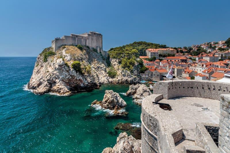 Sommerszene des St. Lawrence Fortress Lovrijenac und der alten Stadt Dubrovniks lizenzfreie stockfotos