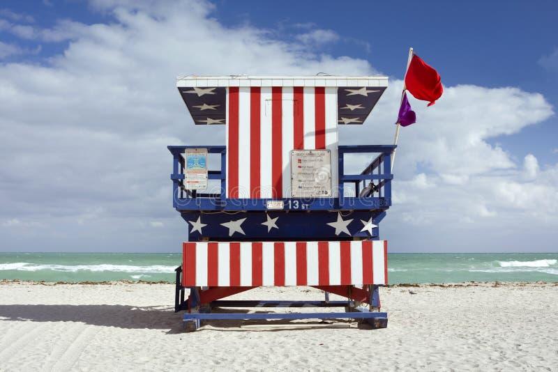 Sommerszene mit einem Leibwächterhaus in Miami Beach lizenzfreie stockfotos