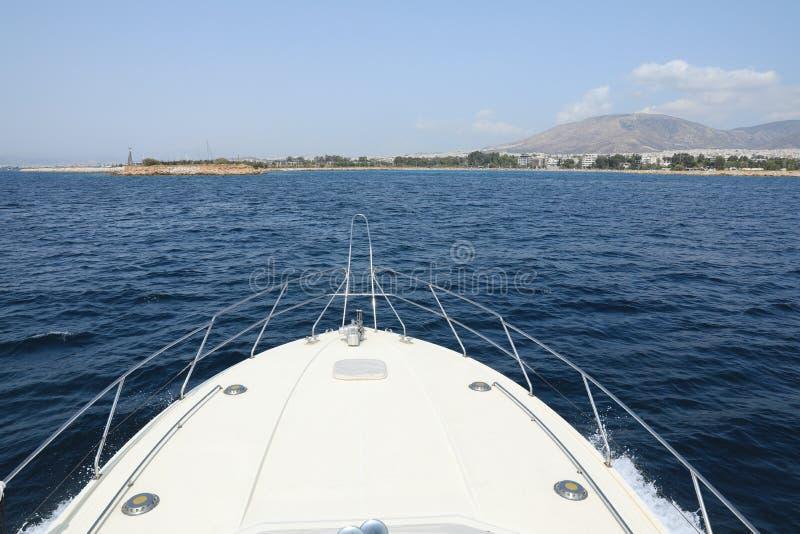 Sommertag das Ende der Reise auf der Yacht, die nach Athen, Glyfada-Hafen, Griechenland zurückkommt stockfotos