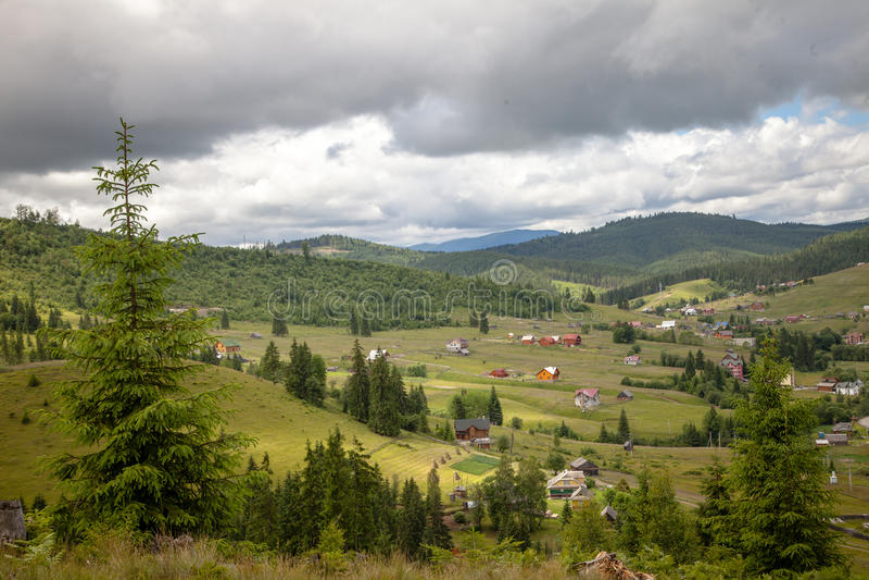 Sommertag in den Karpatenbergen stockfotografie