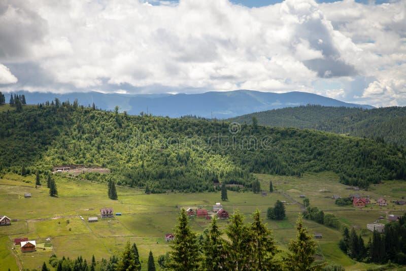 Sommertag in den Karpatenbergen lizenzfreies stockbild