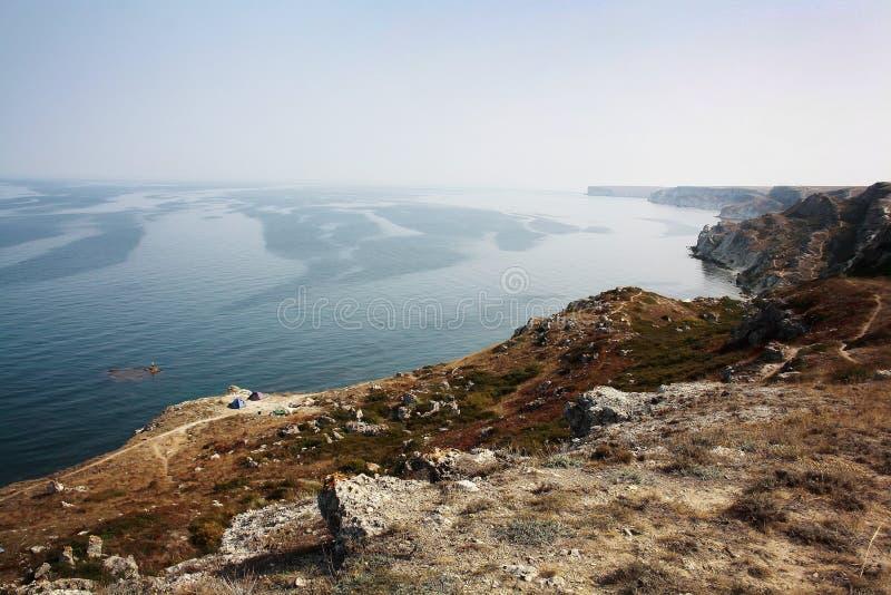 Sommertageslandschaft mit dem Meer und den Bergen lizenzfreies stockbild