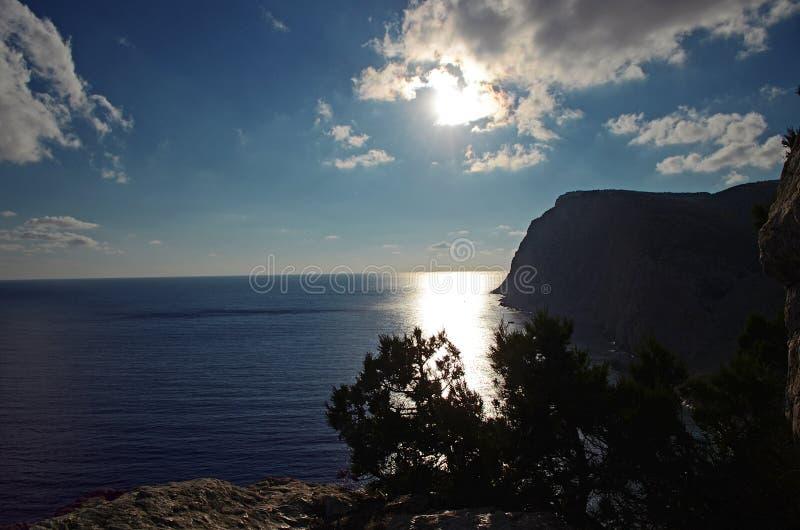 Sommertageslandschaft mit dem Meer und den Bergen Ukraine, Republik von Krim lizenzfreies stockbild