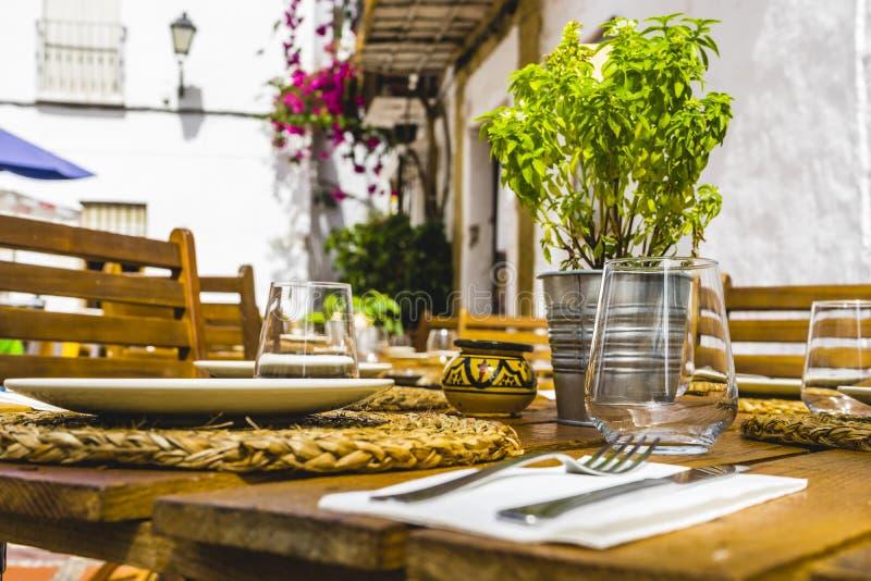 Sommerterrasse mit den Getränken und Mahlzeiten essfertig, Marbella Spai stockbild