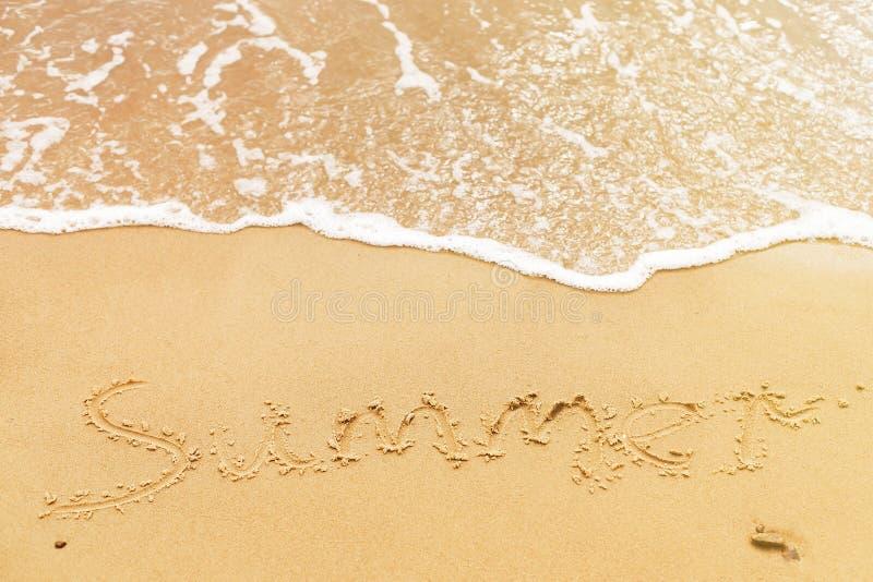 Sommertext geschrieben auf sandigen Strand und Meereswellen Entspannung auf Tropeninsel Reisenkoffer mit Meerblick nach innen Hal lizenzfreie stockfotos