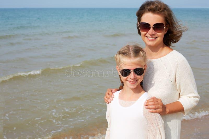 Sommerurlaub-, Adoption- und Personenkonzept lizenzfreie stockfotos