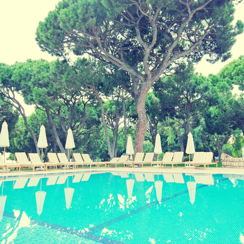 Sommerurlaubsort mit Swimmingpool, Algarve, instagram Effekt lizenzfreies stockbild