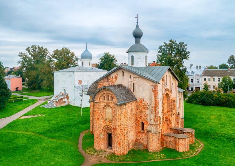 Sommervogelaugenansicht von Yaroslav Courtyard - Annahme-Kirche und Paraskeva Pyatnitsa Church Veliky Novgorod, Russland lizenzfreies stockfoto