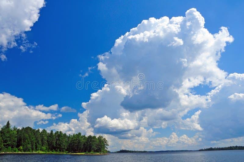 Sommerwolken über dem Quetico lizenzfreie stockbilder