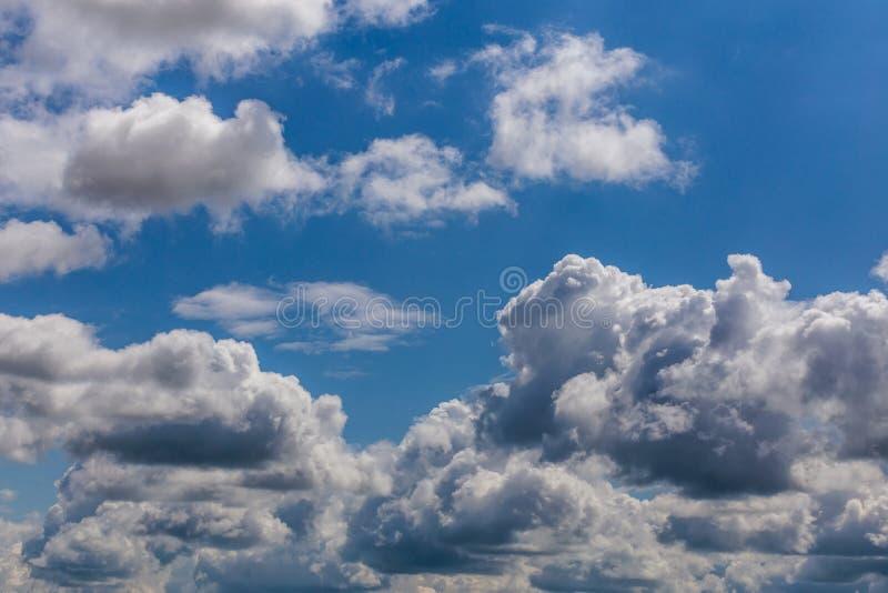 Sommerwolken auf blauem Himmel am Tageslicht in kontinentalem Europa Nahaufnahme mit Teleobjektiv stockfoto