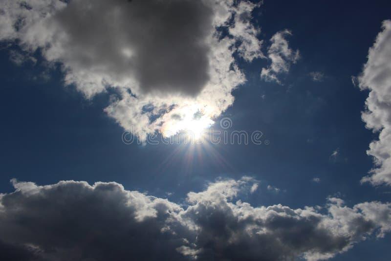 Sommerwolken, blauer Himmel und helle schöne sonnen- Naturlandschaft schön stockfotos