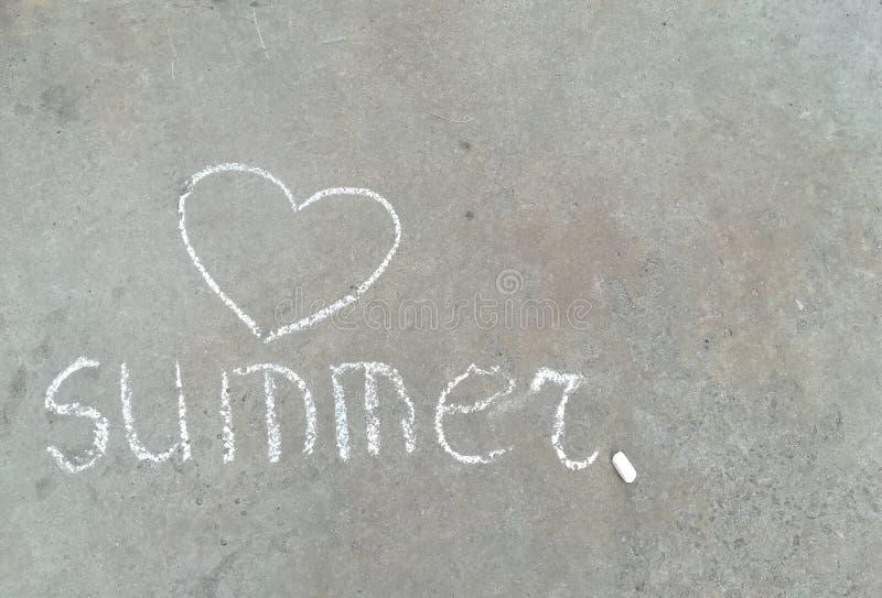 Sommerwort und Herz - weiße Kreidehandzeichnung auf schwarzem Asphalt stockfotos