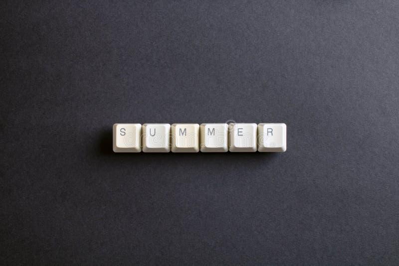 Sommerwort wird mit Computerschlüsselknopf geschrieben Flache Lageansicht stockfotografie