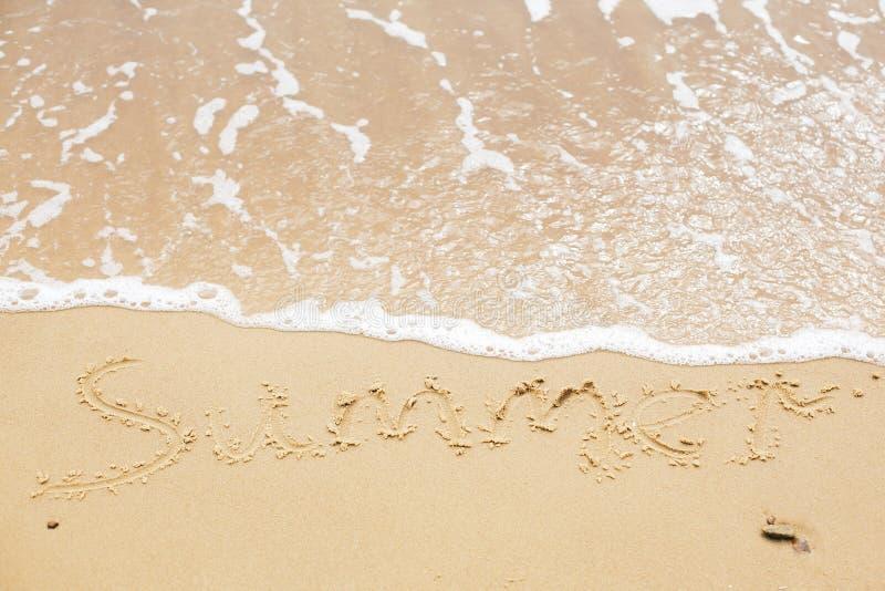 Sommerzeichen auf Strand Schriftliches Sommertextwort auf sandigem Strand und Meereswellen mit Schaum Hallo Sommerkonzept Beschne stockfotografie