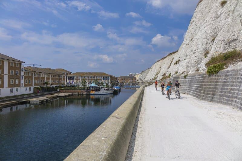 Sommerzeit Brighton East Sussexs BRITISCHES Jachthafendorf lizenzfreies stockfoto