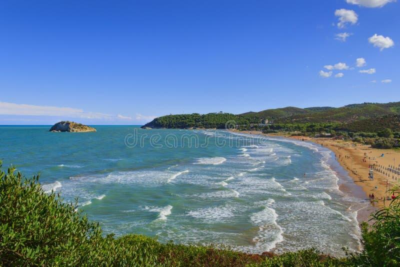 sommerzeit Gargano-Küste: Portonuovo-Strand, Vieste-& x28; Apulia& x29; ITALIEN lizenzfreie stockfotos